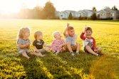 Małe dzieci siedzące na polance