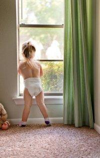Dziecko stojące w oknie